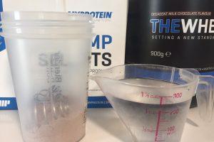 THEWHEY「DECADENT MILK CHOCOLATE FALVOUR(ミルクチョコレート味)」を250mlの水で溶かしていきます。
