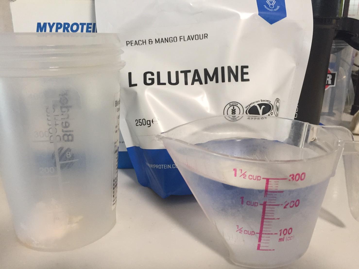 L-グルタミン「PEACH&MANGO FLAVOUR(ピーチ&マンゴー味)」を250mlの水に溶かします。