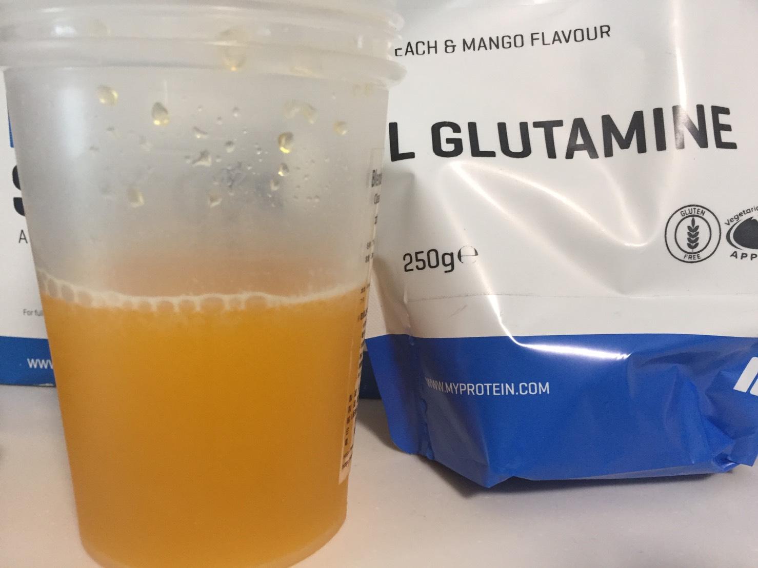 L-グルタミン「PEACH&MANGO FLAVOUR(ピーチ&マンゴー味)」を横から撮影した様子