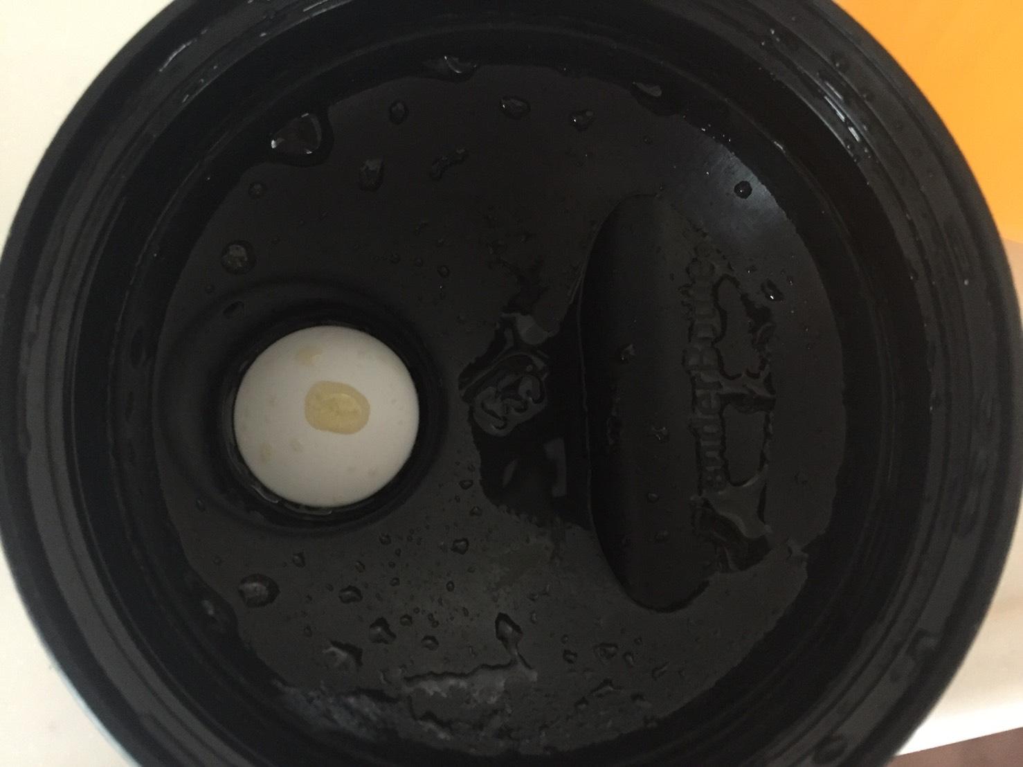 L-グルタミン「PEACH&MANGO FLAVOUR(ピーチ&マンゴー味)」を溶かした様子。蓋側
