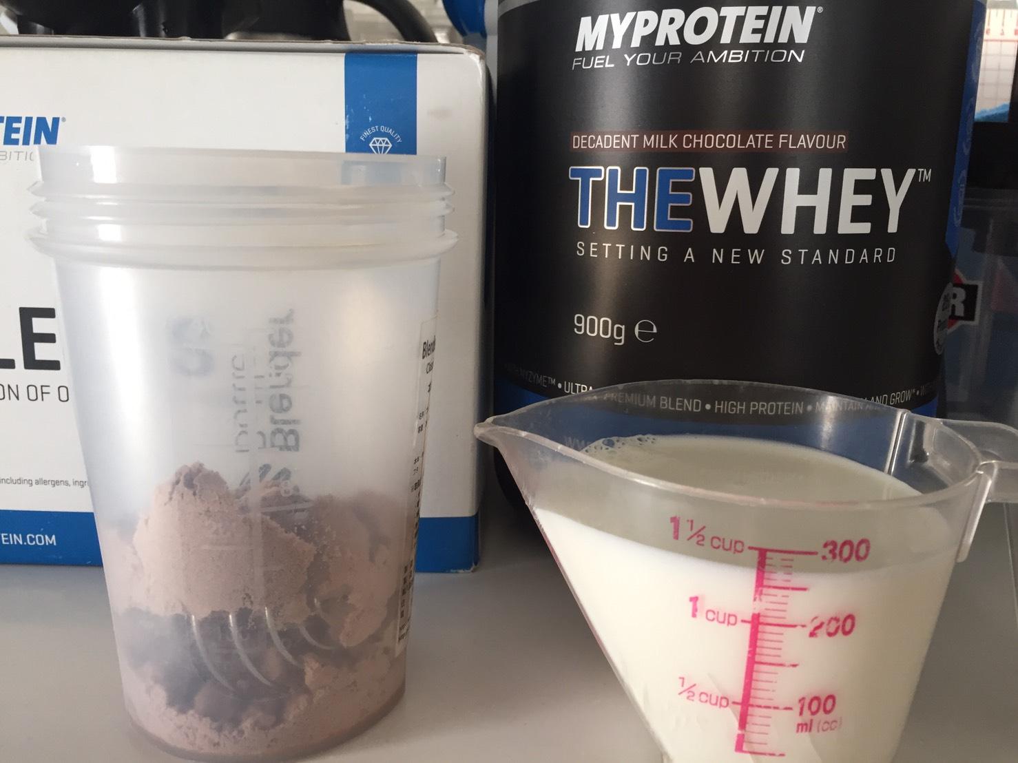 THEWHEY「DECADENT MILK CHOCOLATE FALVOUR(ミルクチョコレート味)」を250mlの牛乳に溶かす