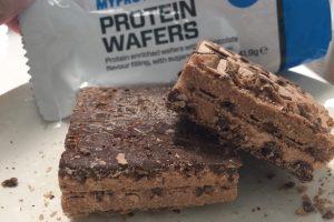 プロテインウエハース(PROTEIN WAFERS)「CHOCOLATE FLAVOUR(チョコレート味)」の断面の様子