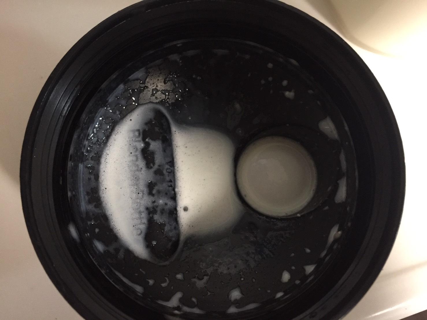 THEWHEY「VANILLA CREAM FALVOUR(バニラクリーム味)」を溶かした様子。蓋側