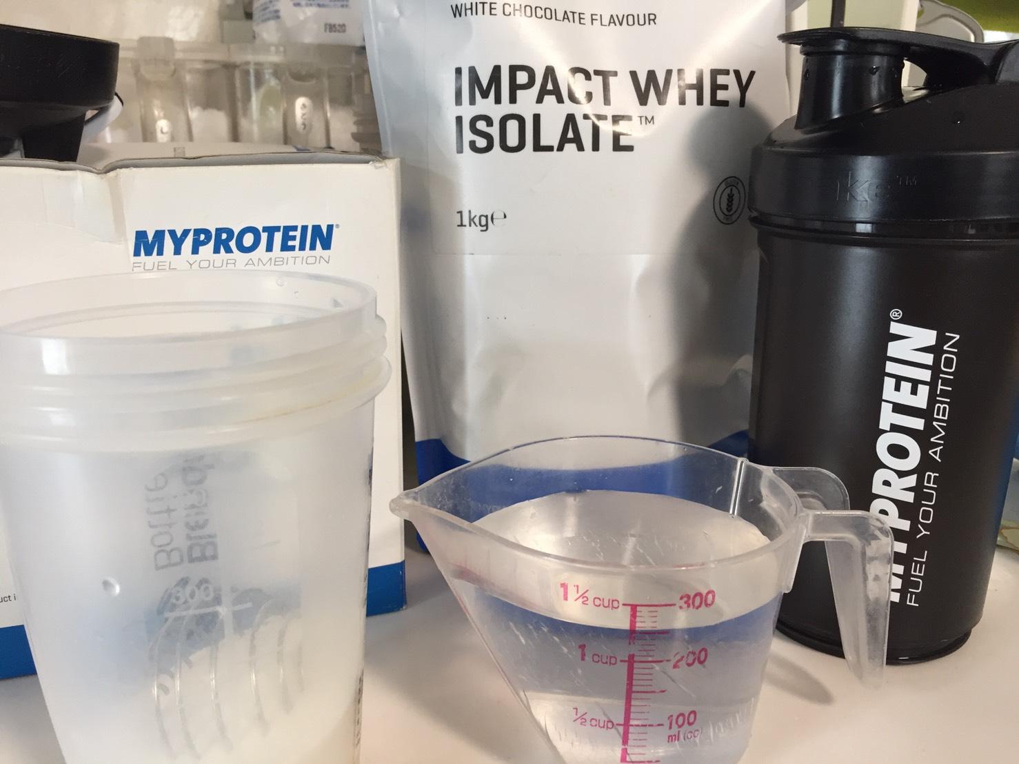 【WPI】IMPACT 分離ホエイプロテイン (アイソレート)「WHITE CHOCOLATE FLAVOUR(ホワイトチョコレート味)」を250mlの水に注ぎます。