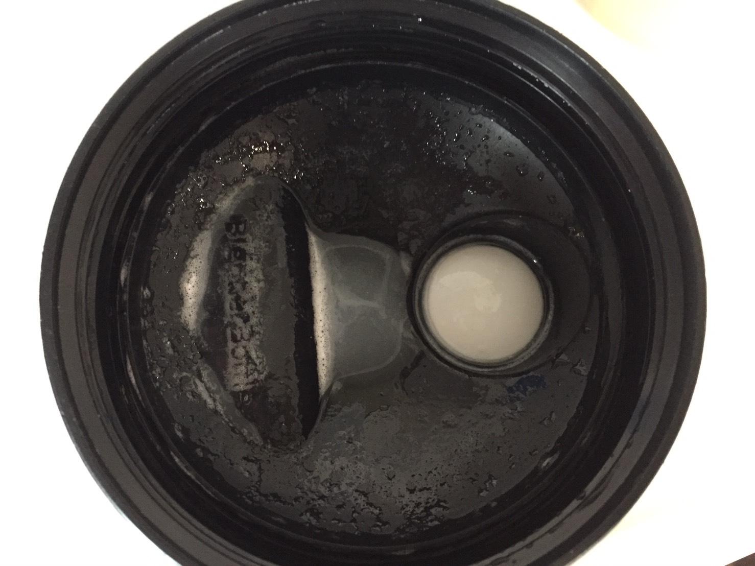 【WPI】IMPACT 分離ホエイプロテイン (アイソレート)「WHITE CHOCOLATE FLAVOUR(ホワイトチョコレート味)」を溶かした様子。蓋側