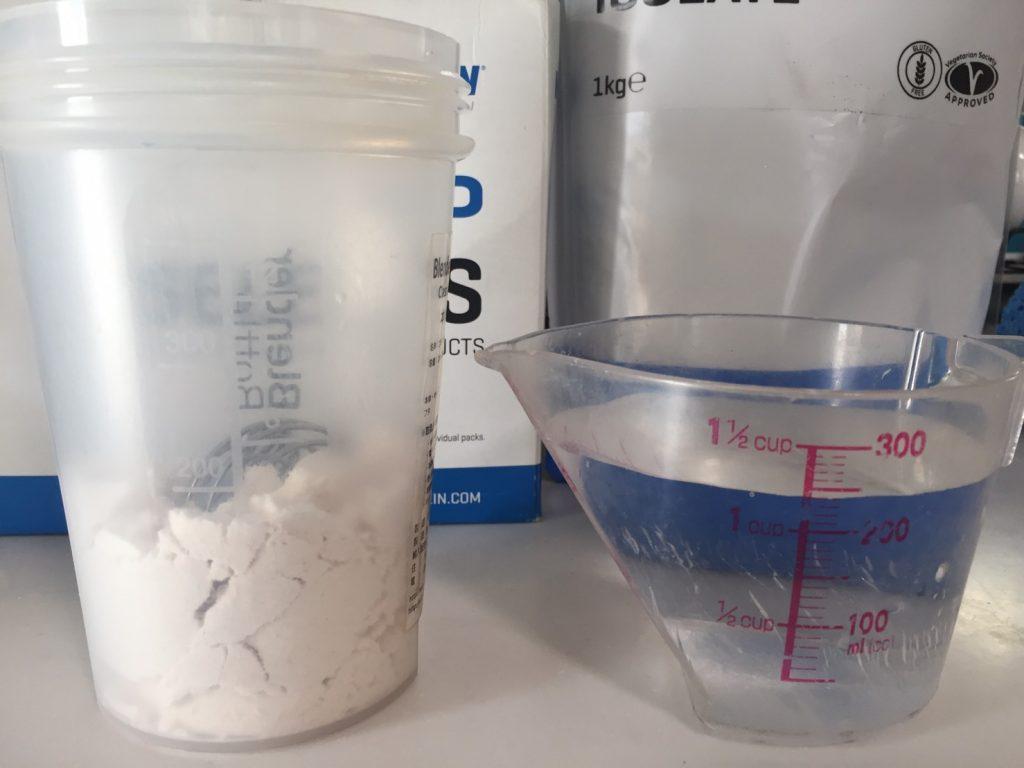 【WPI】IMPACT 分離ホエイプロテイン (アイソレート)「STRAWBERRY CREAM FLAVOUR(ストロベリークリーム味)」を250mlの水に溶かします。