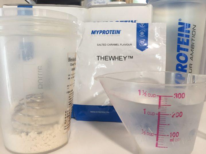 THEWHEY「SALTED CARAMEL FALVOUR(塩キャラメル味)」を250mlの水に溶かします。