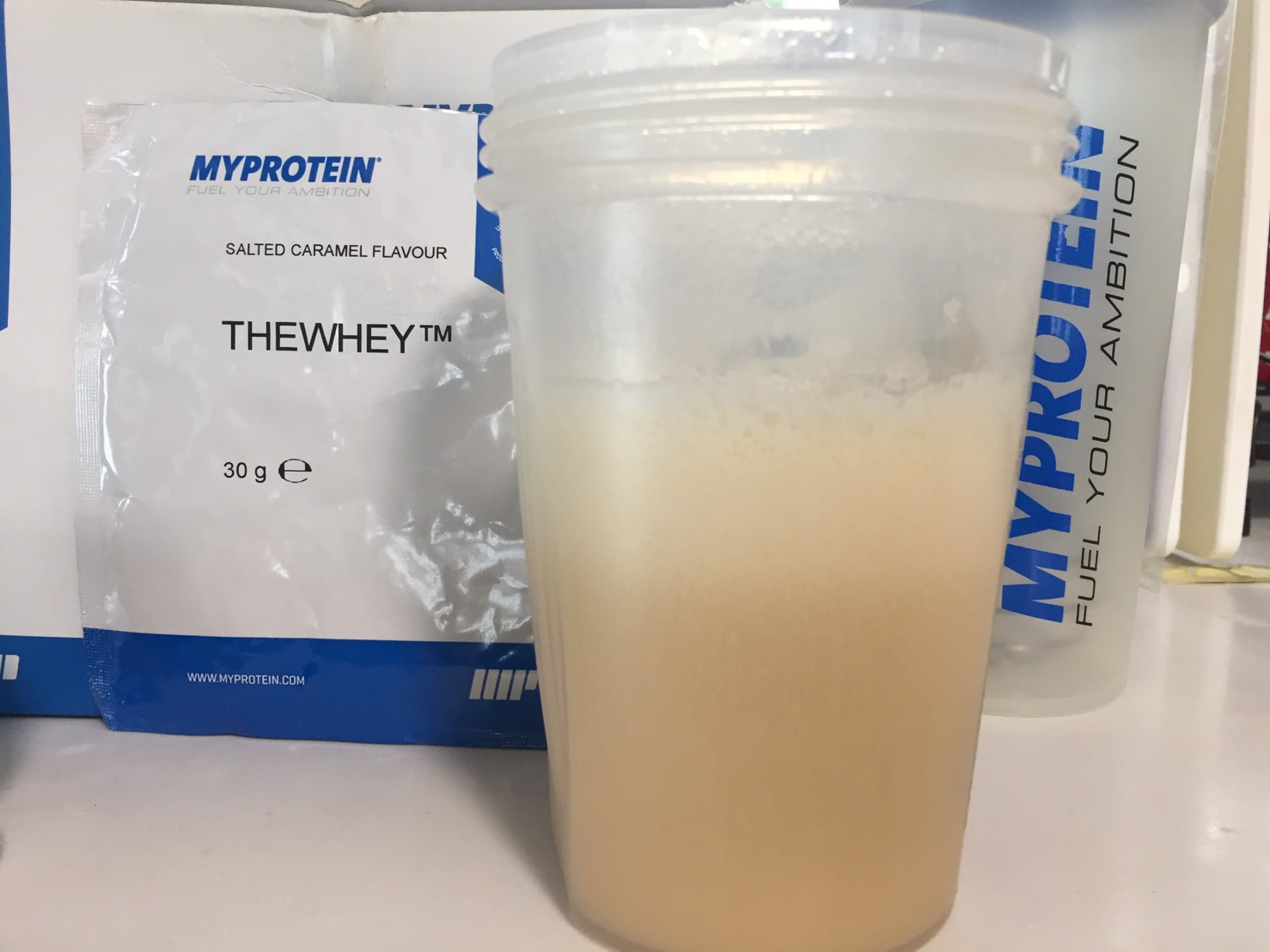 THEWHEY「SALTED CARAMEL FALVOUR(塩キャラメル味)」を横から撮影した様子