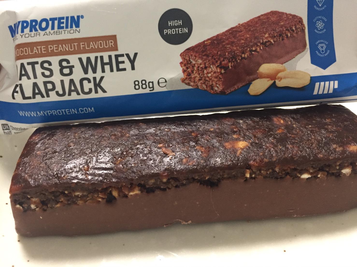 OATS & WHEY FLAPJACK(オーツ & ホエイ)「CHOCOLATE PEANUT FLAVOUR(チョコレートピーナッツ味)」を開封した様子