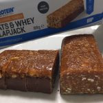 OATS & WHEY FLAPJACK(オーツ & ホエイ)「SALTED CARAMEL FLAVOUR(塩キャラメル味)」の断面の様子
