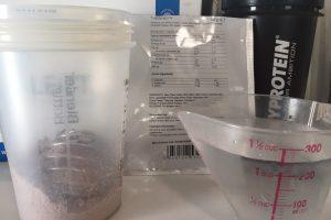 THEWHEY「CHOCOLATE CARAMEL FALVOUR(チョコレートキャラメル味)」を250mlの水に溶かします。