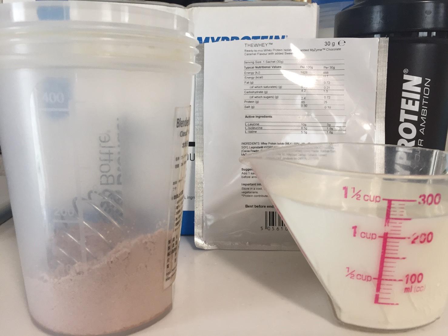 THEWHEY「CHOCOLATE CARAMEL FALVOUR(チョコレートキャラメル味)」を250mlの牛乳に溶かします。