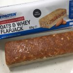 OATS & WHEY FLAPJACK(オーツ & ホエイ)「CHERRY & ALMOND FLAVOUR(チェリー&アーモンド味)」を開封した様子
