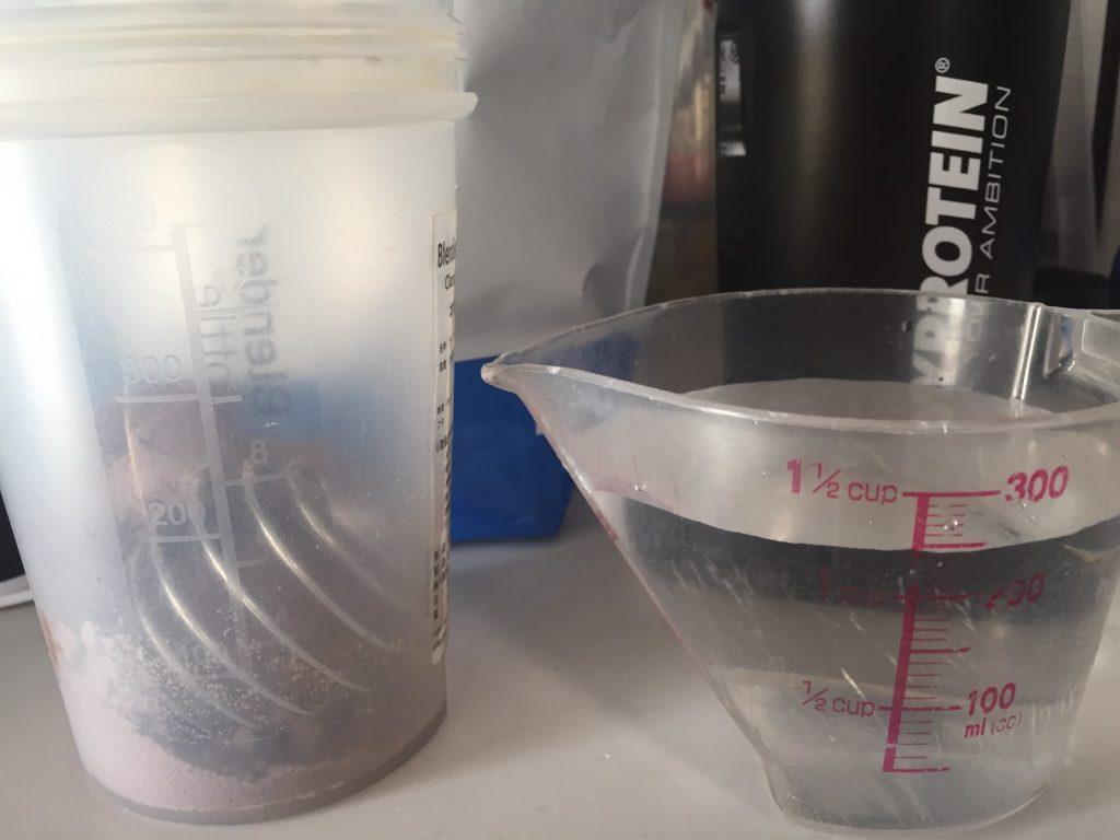【WPI】IMPACT 分離ホエイプロテイン (アイソレート)「CHOCOLATE BROWNIE FLAVOUR(チョコレートブラウニー味)」を250mlの水に溶かしていきます。