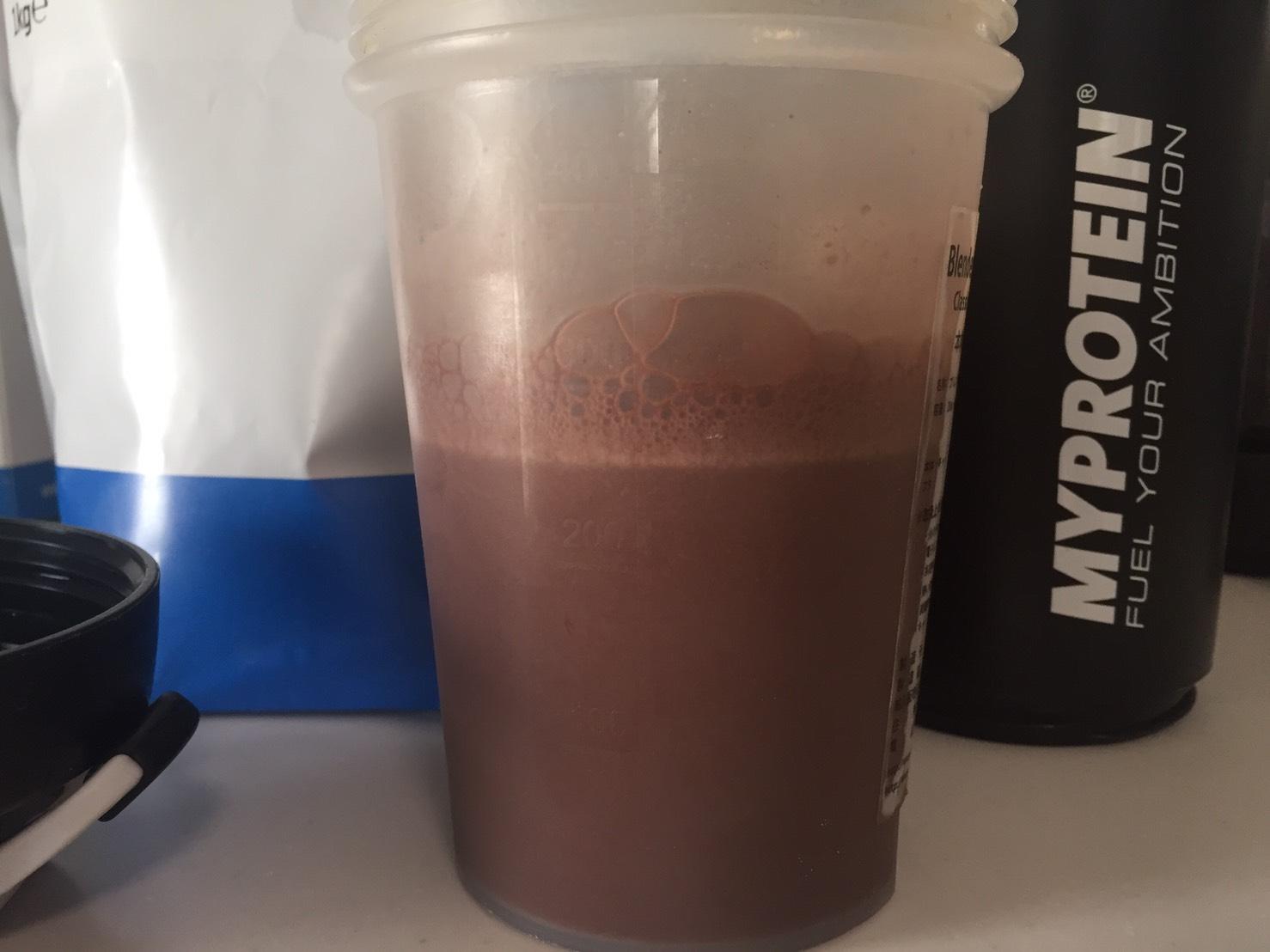 【WPI】IMPACT 分離ホエイプロテイン (アイソレート)「CHOCOLATE BROWNIE FLAVOUR(チョコレートブラウニー味)」を横から撮影した様子