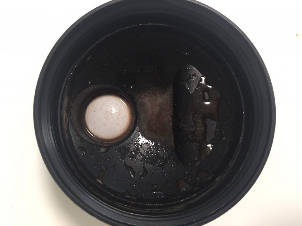 【WPI】IMPACT 分離ホエイプロテイン (アイソレート)「CHOCOLATE BROWNIE FLAVOUR(チョコレートブラウニー味)」を溶かした様子。蓋側