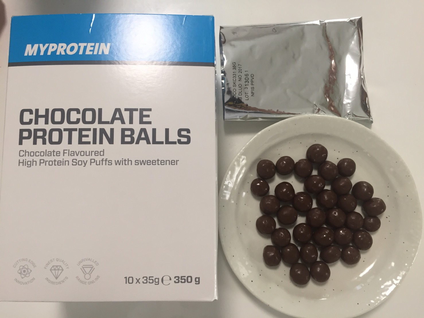 「CHOCOLATE PROTEIN BALLS(チョコレート・プロテインボール)」を開封した様子