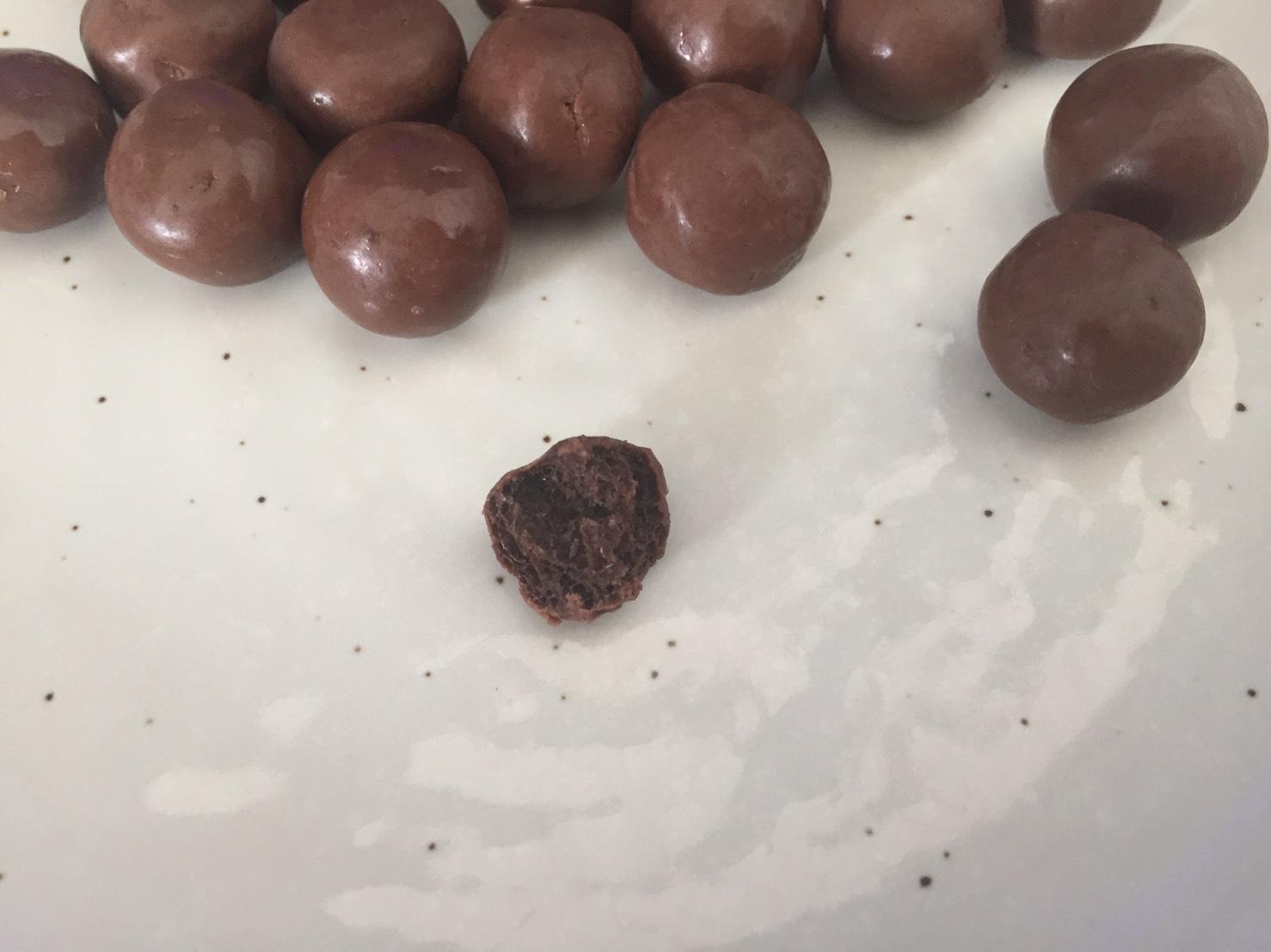 「CHOCOLATE PROTEIN BALLS(チョコレート・プロテインボール)」の断面図