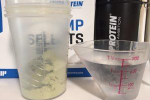 【WPI】IMPACT 分離ホエイプロテイン (アイソレート)「MATCHA FLAVOUR(抹茶味)」を250mlの水に溶かします。