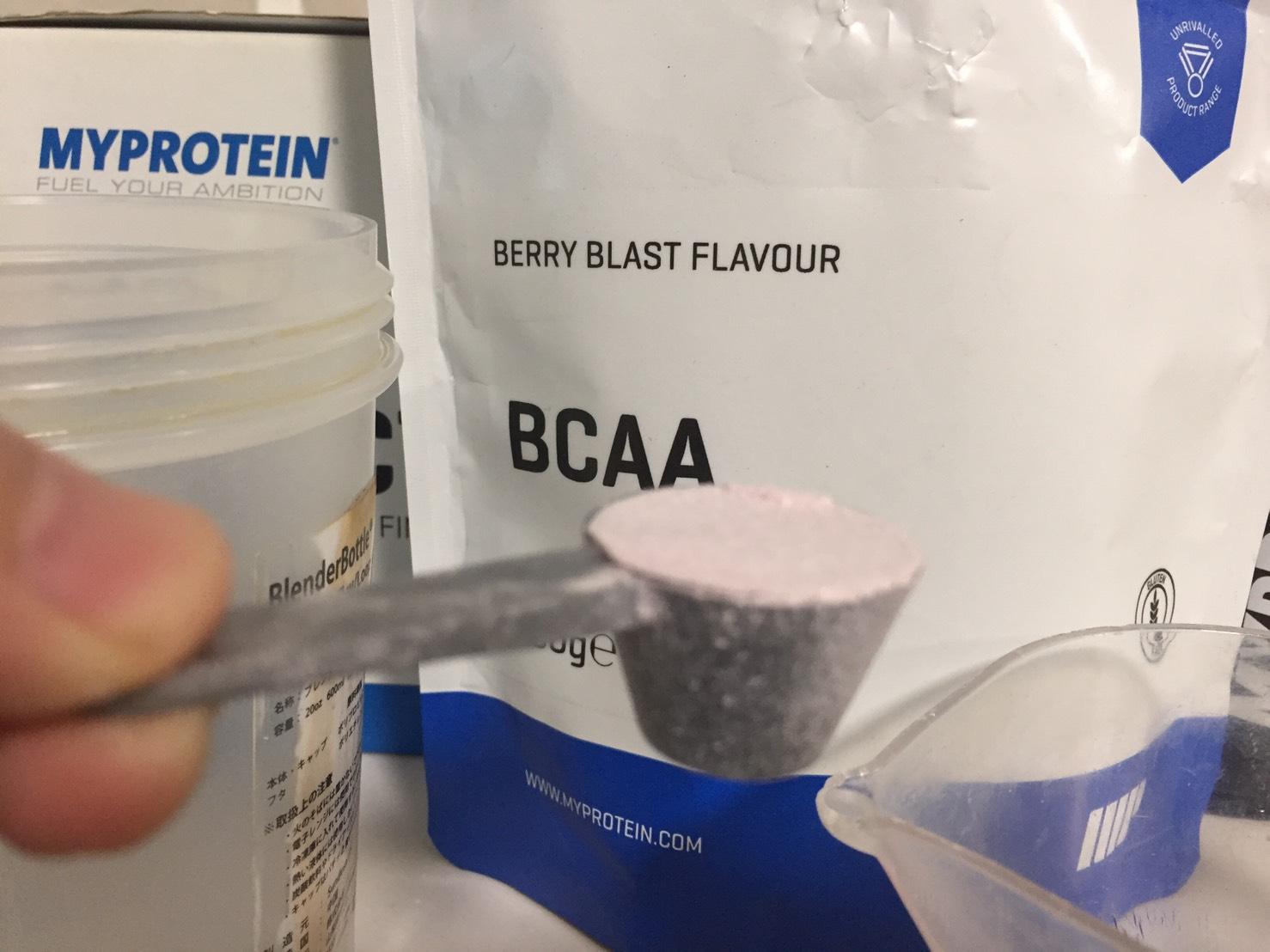 BCAA「ベリーブラスト味(BERRY BLAST FLAVOUR)」の摺り切り一杯を250mlの水に溶かします。