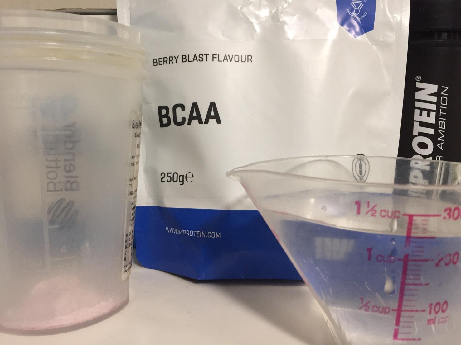 BCAA「ベリーブラスト味(BERRY BLAST FLAVOUR)」を250mlの水に溶かします。