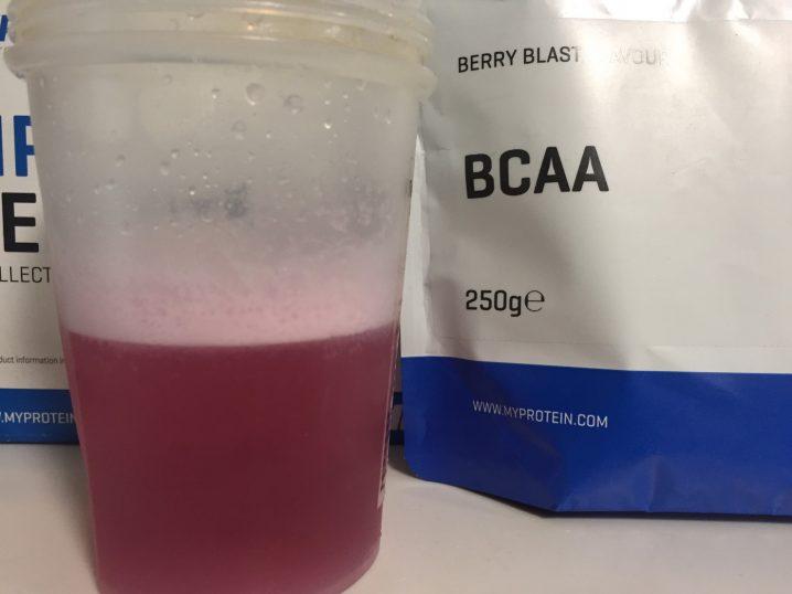 BCAA「ベリーブラスト味(BERRY BLAST FLAVOUR)」を横から撮影した様子