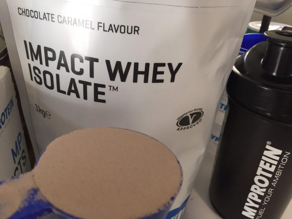 【WPI】IMPACT 分離ホエイプロテイン (アイソレート)「CHOCOLATE CARAMEL FLAVOUR(チョコレートキャラメル味)」を袋から出した様子