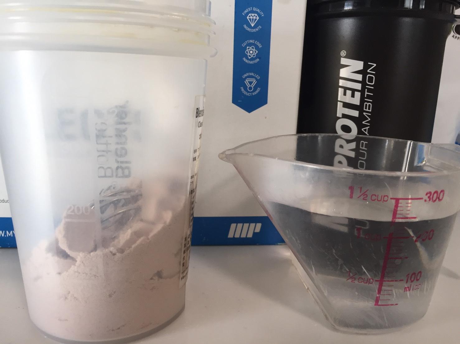 【WPI】IMPACT 分離ホエイプロテイン (アイソレート)「CHOCOLATE CARAMEL FLAVOUR(チョコレートキャラメル味)」を250mlの水に溶かします。