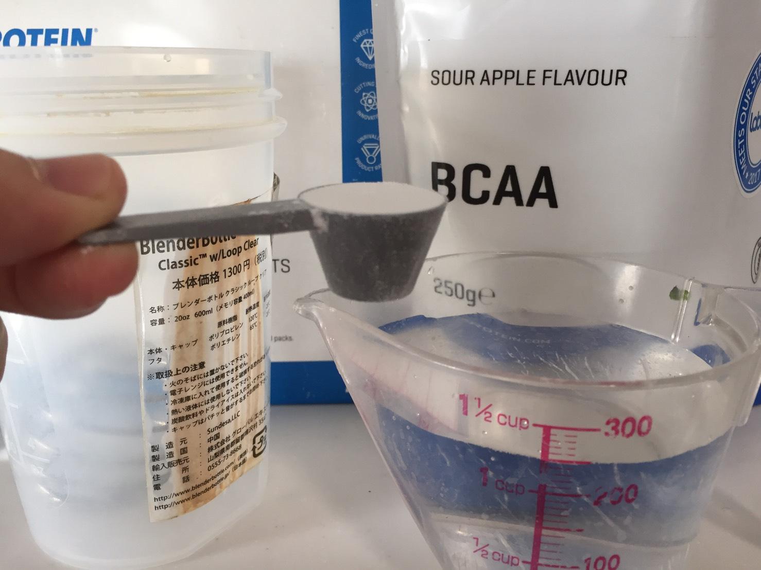 BCAA「サワーアップル味(SOUR APPLE FLAVOUR)」を溶かします。