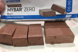 マイプロテインの「MY BAR ZERO(マイバー・ゼロ)」、CHOCOLATE FLAVOUR(チョコレート味)の断面の様子