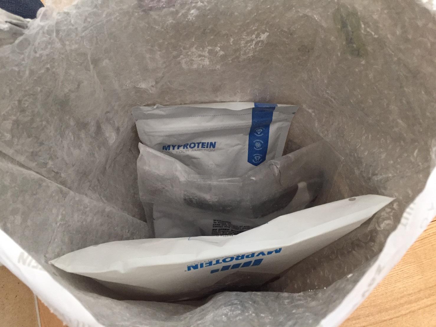 マイプロテイン商品が運送中に破損した様子
