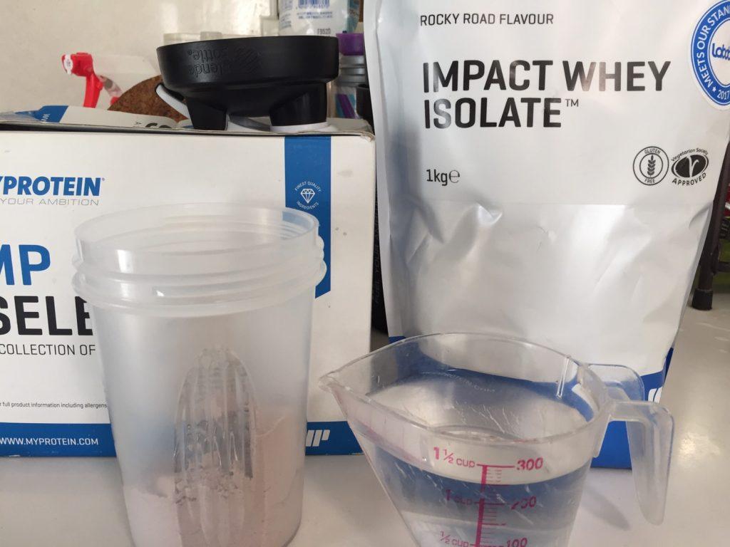 【WPI】IMPACT 分離ホエイプロテイン (アイソレート)「ROCKY ROAD FLAVOUR(ロッキーロード味)」を250mlの水に溶かします