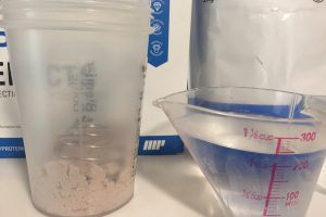 【WPI】IMPACT 分離ホエイプロテイン (アイソレート)「CHOCOLATE SMOOTH FLAVOUR(チョコレートスムーズ味)」を250mlの水に溶かします。
