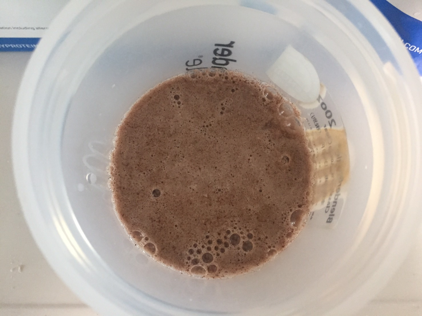 【WPI】IMPACT 分離ホエイプロテイン (アイソレート)「CHOCOLATE SMOOTH FLAVOUR(チョコレートスムーズ味)」を水に注いだ直後の様子