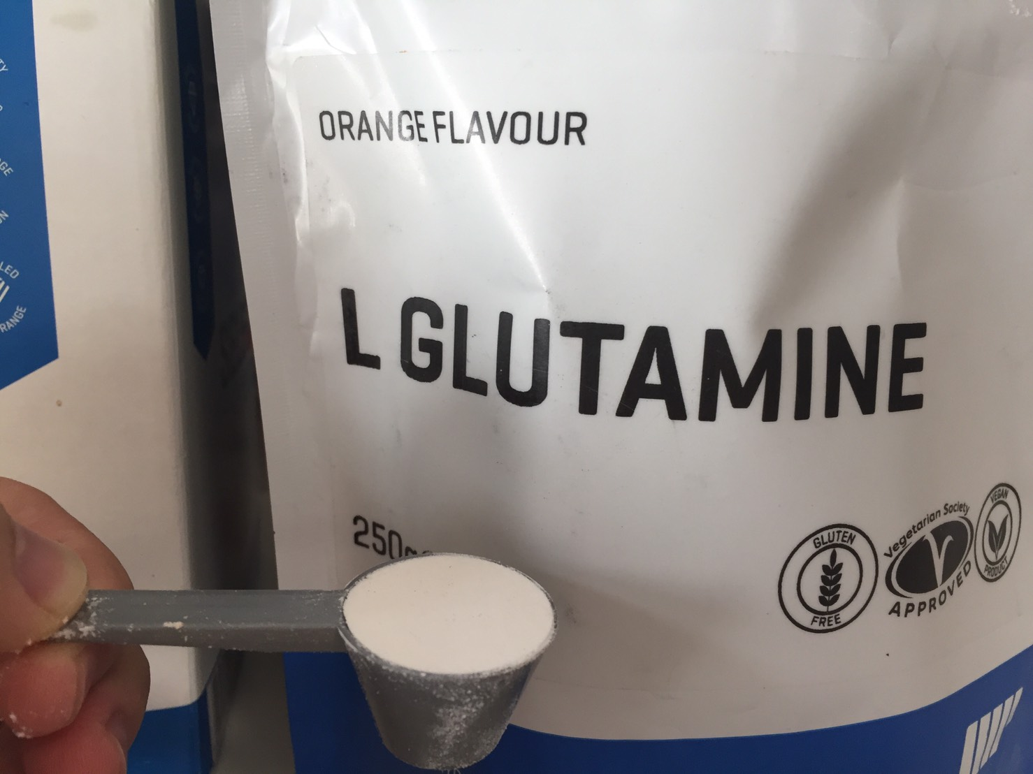 L-グルタミン「ORANGE FLAVOUR(オレンジ味)」を水に溶かします。