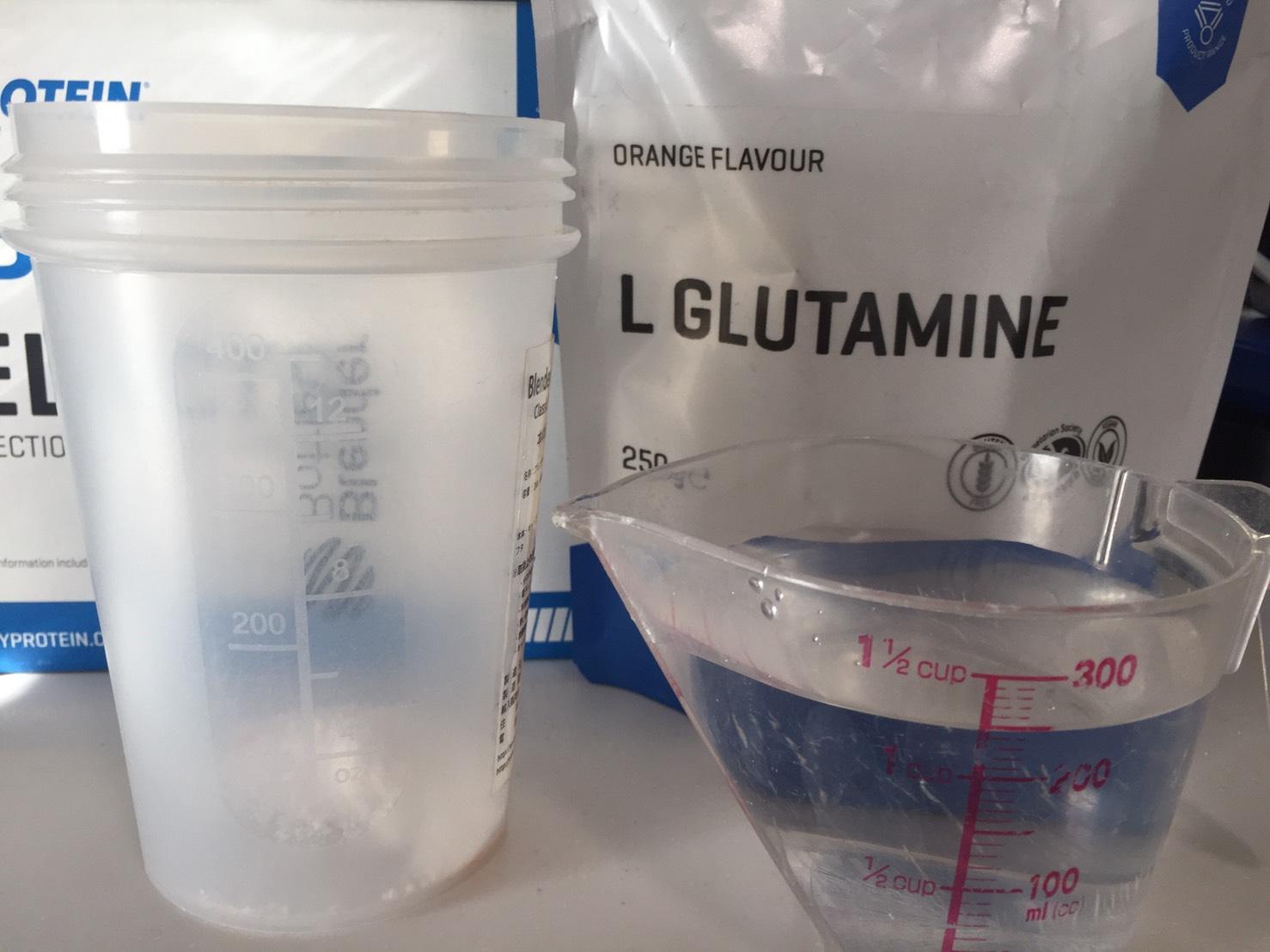L-グルタミン「ORANGE FLAVOUR(オレンジ味)」を250mlの水に溶かします。