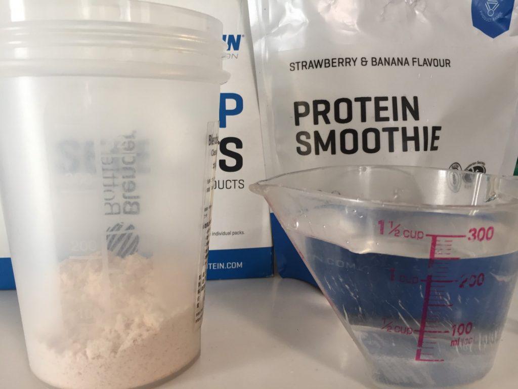 Protein Smoothie(プロテイン・スムージー)「STRAWBERRY & BANANA FLAVOUR(ストロベリー&バナナ味)」を250mlの水に溶かします。