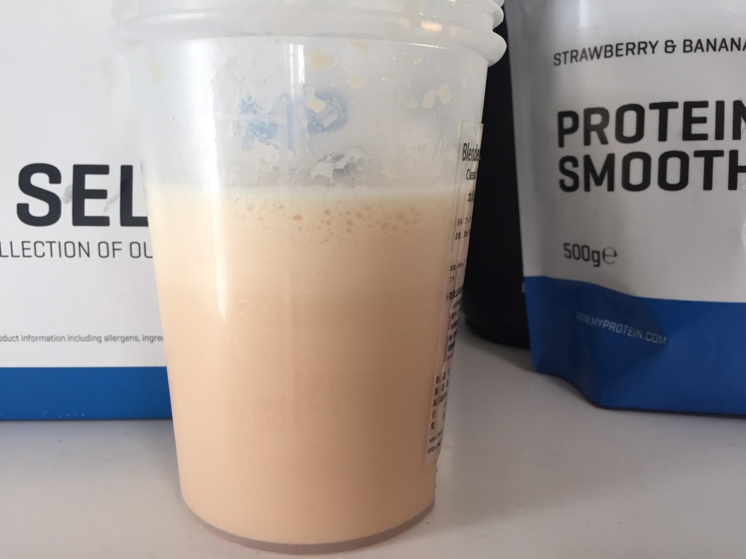 Protein Smoothie(プロテイン・スムージー)「STRAWBERRY & BANANA FLAVOUR(ストロベリー&バナナ味)」を横から撮影した様子