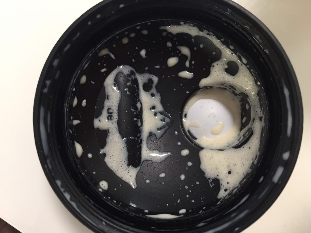 Protein Smoothie(プロテイン・スムージー)「STRAWBERRY & BANANA FLAVOUR(ストロベリー&バナナ味)」を飲み終えた様子。蓋側