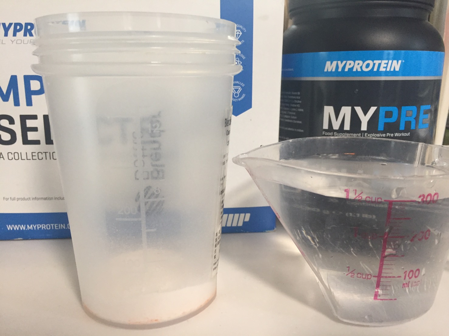 MYPRE(マイプレ)「Orange Flavour(オレンジ味)」を300mlの水に溶かします。