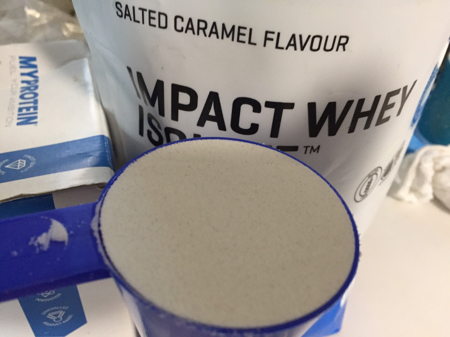【WPI】IMPACT 分離ホエイプロテイン (アイソレート)「SALTED CARAMEL FLAVOUR(塩キャラメル味)」の様子