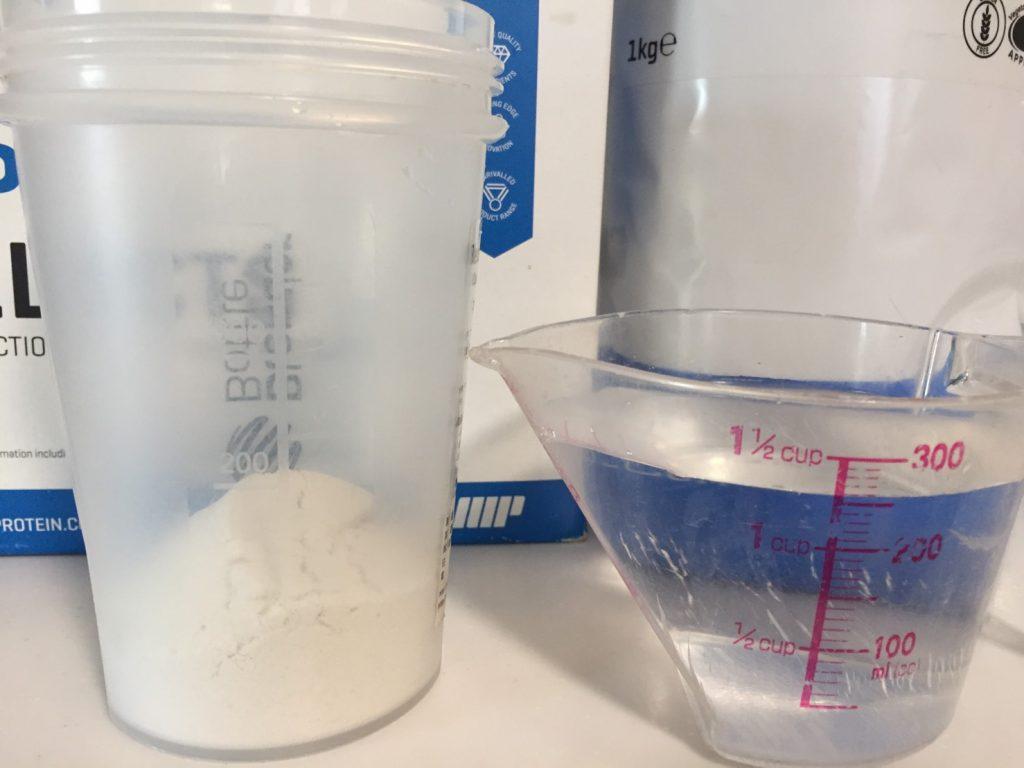 【WPI】IMPACT 分離ホエイプロテイン (アイソレート)「SALTED CARAMEL FLAVOUR(塩キャラメル味)」を250mlの水に注ぎます