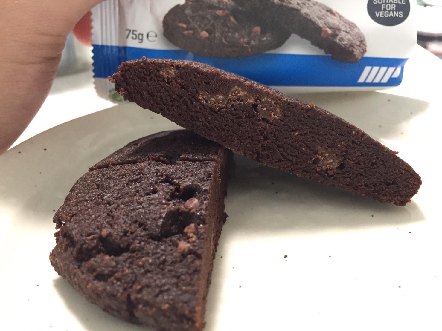 ベイクドクッキー「CHOCOLATE FLAVOUR(チョコレート味)」を包丁で切った様子