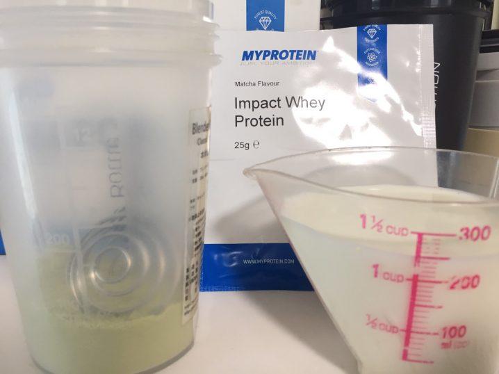 【WPC】Impactホエイプロテイン「Matcha Flavour(抹茶味)」を牛乳に溶かします