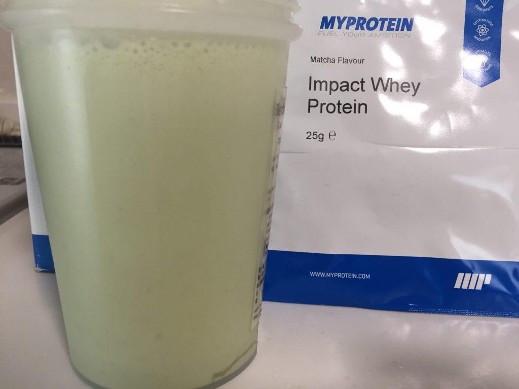【WPC】Impactホエイプロテイン「Matcha Flavour(抹茶味)」を横から撮影した様子