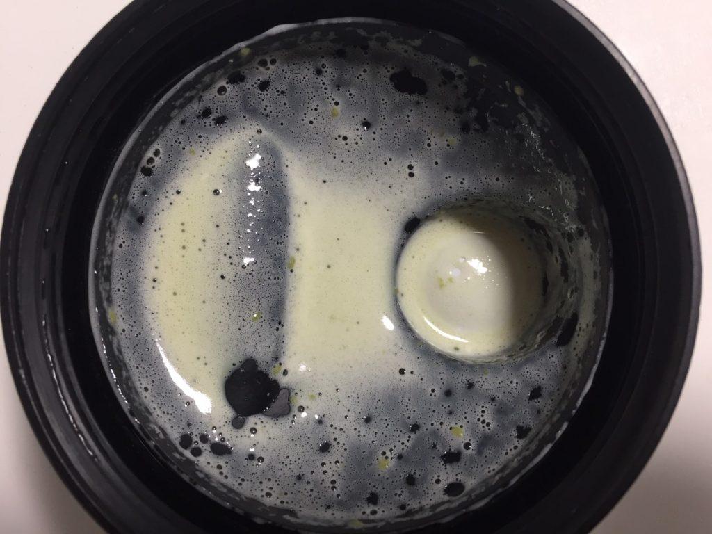 【WPC】Impactホエイプロテイン「Matcha Flavour(抹茶味)」をシェイクした様子。蓋側