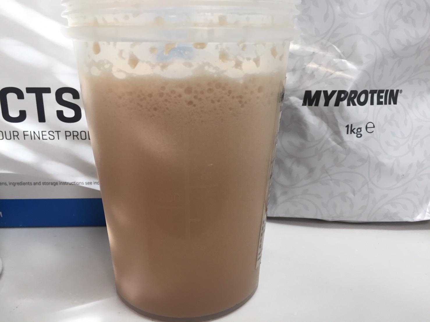 【WPC】Impactホエイプロテイン「Milk Tea Blend(ミルクティー味)」を横から撮影した様子