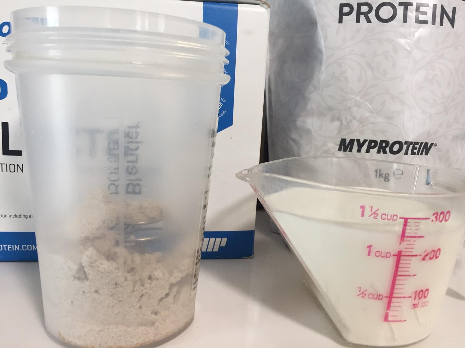 【WPC】Impactホエイプロテイン「Milk Tea Blend(ミルクティー味)」を250mlの牛乳に溶かします。