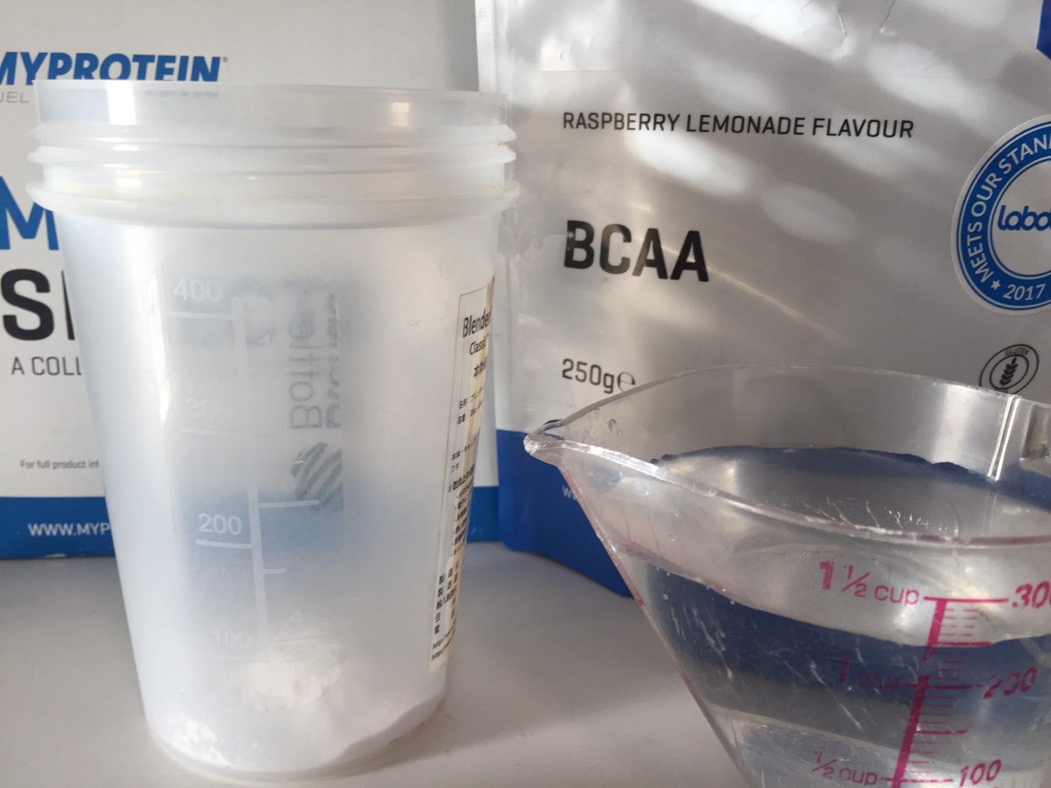 BCAA「ラズベリー・レモネード味(RASPBERRY LEMONADE FLAVOUR)」を水に溶かします。