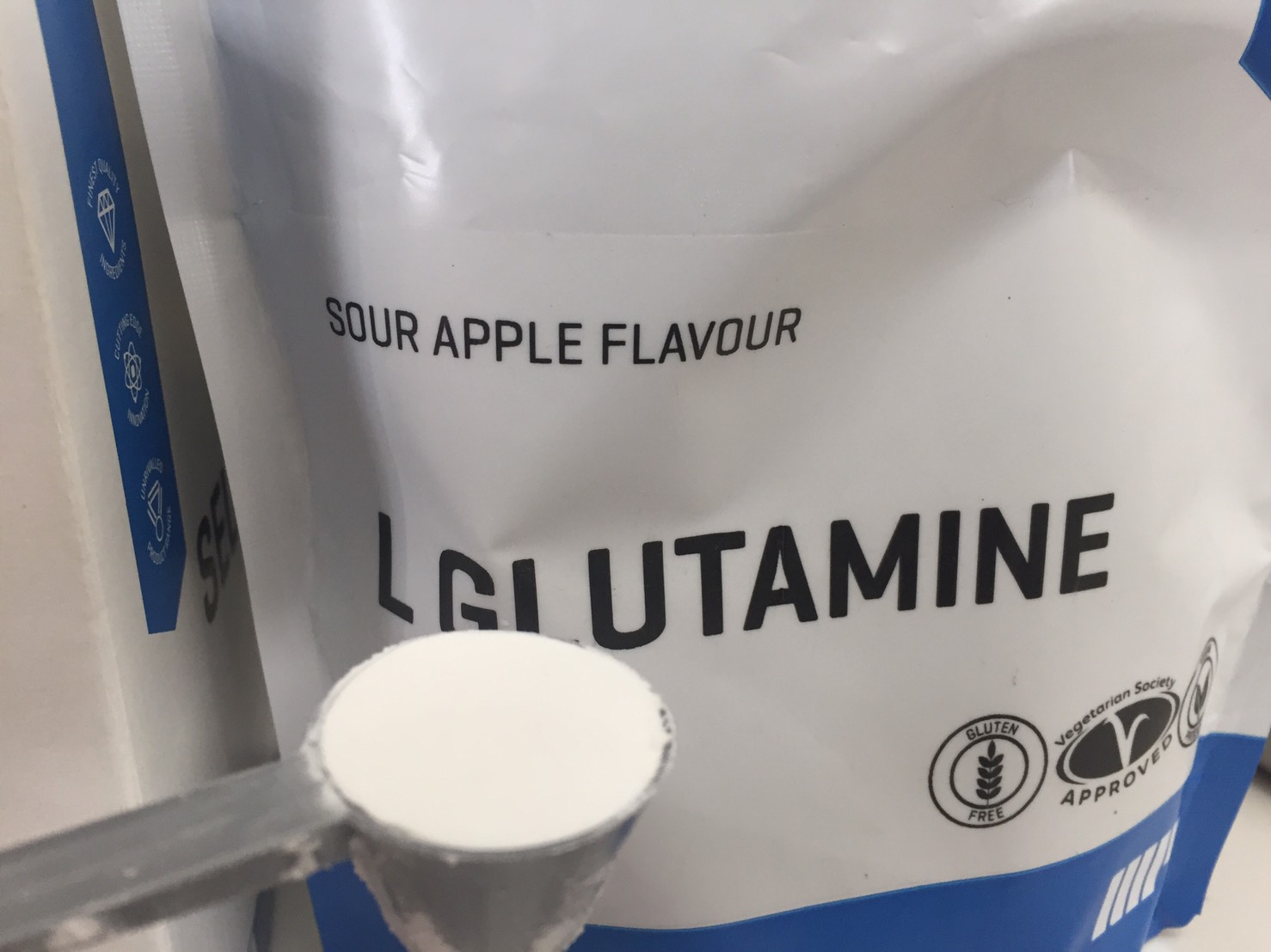 L-グルタミン「SOUR APPLE FLAVOUR(サワーアップル味)」のスプーン一杯の様子